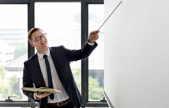 Profesor presentando en un tablero